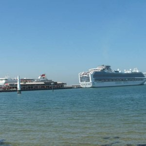 Diamond Princess & Tasmanian Ferry