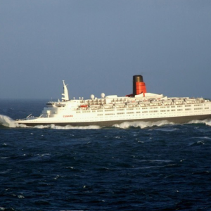 QE2, January 2008 - passing Queen Victoria - RobsBlog.png